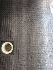 黒い床のアフターです。白い縦の縞模様はもともとのものです