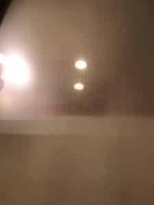 浴室ドアのガラスに水あかがついています