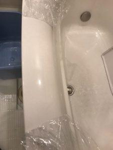 薬品で白くなった浴槽のふち